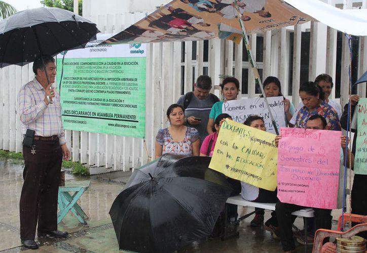 Durante la jornada de ayer, los docentes se manifestaron en la entrada del Conalep, donde permanecieron cuatro horas. (Joel Zamora/SIPSE)