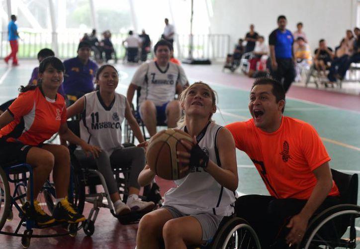 El torneo de basquetbol en silla de ruedas se organizó de forma mixta. (SIPSE)