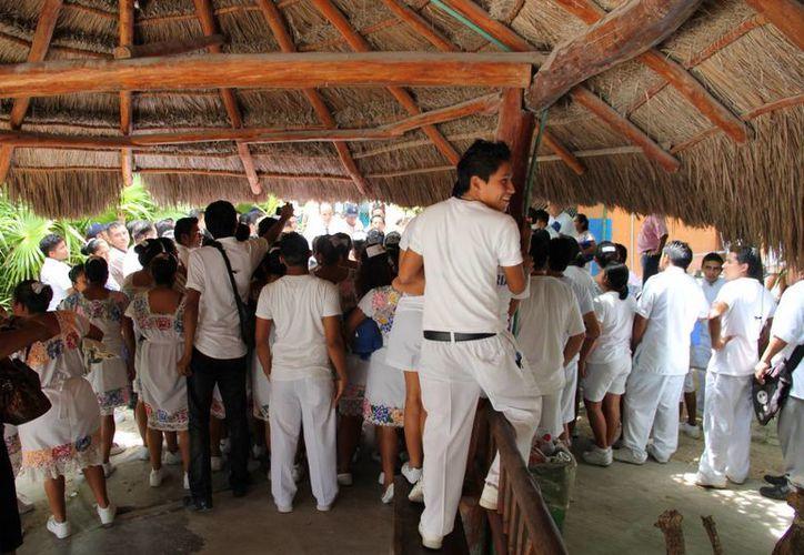 Alrededor de 400 empleados se manifestaron ayer. (Rossy López/SIPSE)