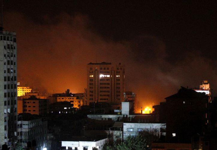 El humo se eleva después de un ataque israelí en Gaza. (Agencias)