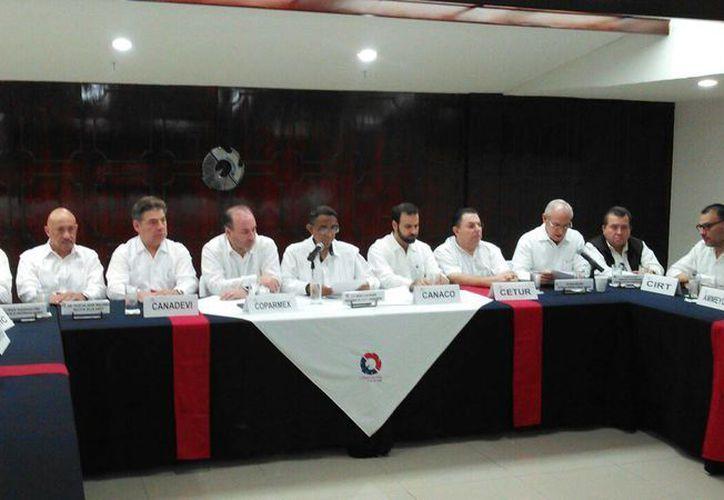 Al evento asistieron los dirigentes de las diversas cámaras empresariales que conforman el CCE y los directores de la Uady, Universidad Anáhuac Mayab, Universidad Modelo y Umsa. (Daniel Sandoval/Milenio Novedades)