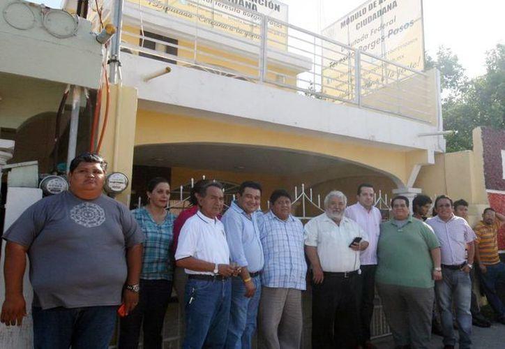 Líderes del Sol Azteca se manifiestan afuera de la casa de la diputada federal Teresita Borges Pasos por la compra de militantes para las próximas elecciones del PRD. (Milenio Novedades)