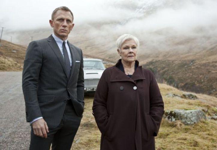 """Daniel Craig y Judi Dench en una escena de la película """"Skyfall"""". (Agencias)"""