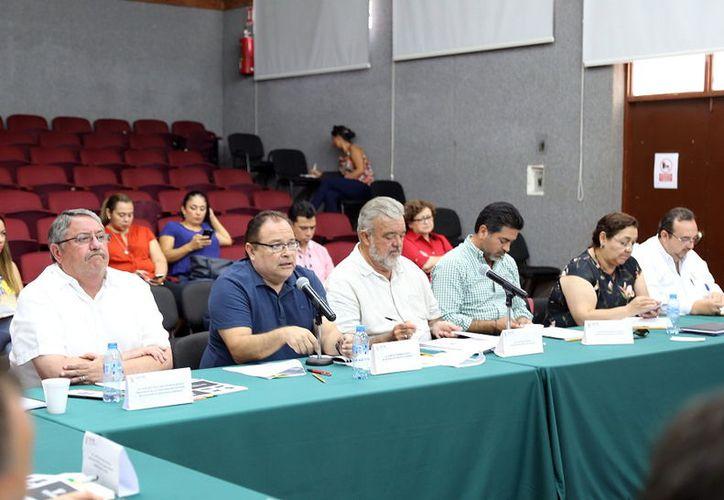 Ernesto Herrera Novelo (segundo de la izquierda), titular de la Sefoe. (Milenio Novedades)
