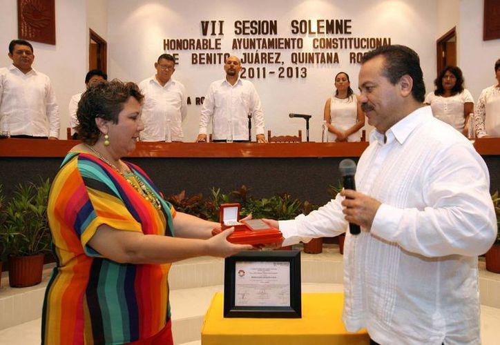 El presidente municipal Julian Ricalde Magaña entrego el premio y propuso que los nombres de los merecedores de esta distinción queden escritos en letras doradas en la sala de cabildo. (Redacción/SIPSE)