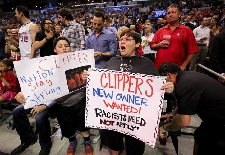 Aficionados muestran carteles de apoyo a los Clippers de Los Ángeles antes del quinto juego de la serie de playoffs de primera ronda entre los Clippers y los Warriors de Golden State, el martes 29 de abril de 2014. (AP)