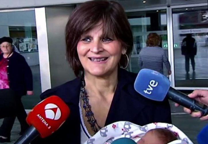 Imagen de Lina Álvarez saliendo del Hospital Lucus Augusti, en la ciudad de Lugo, España, con su hija recién nacida en brazos.  (Atlas TV vía AP)