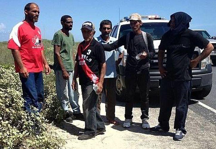 Imagen de los seis cubanos que lograron llegar a la Isla del Padre, en el sureste de Texas. (breitbart.com)