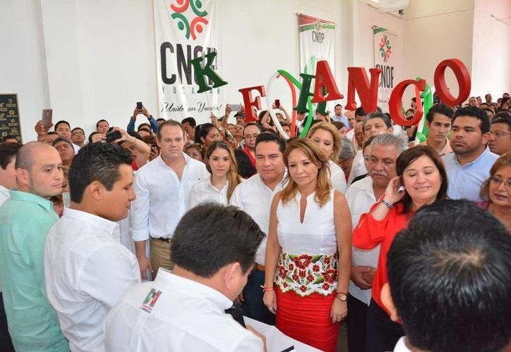 En su inscripción como candidata a la Secretaría General de la Confederación Nacional de Organizaciones Populares en Yucatán, Karla Franco Blanco (c) llamó a continuar el trabajo de puertas abiertas a todas las voces para construir las estrategias que darán como resultado la victoria en el 2018. (Fotos cortesía)