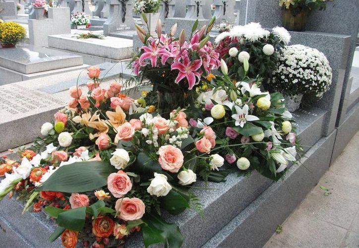 Dicen que algunas flores de los panteones son llevadas por los mismos espíritus. (Jorge Moreno/SIPSE)