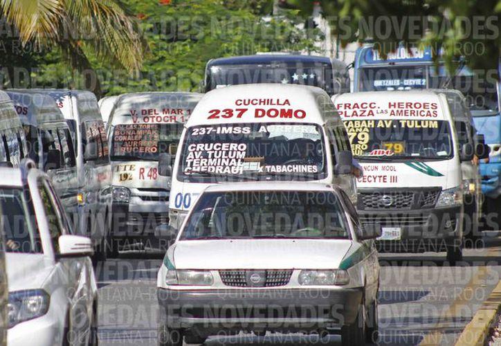 El aumento de unidades de transporte genera caos vial en horas pico. (Jesús Tijerina/SIPSE)