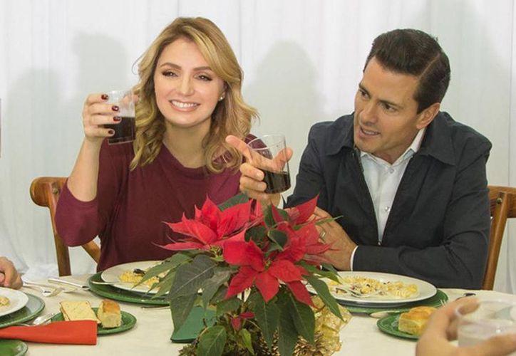 Peña Nieto deseó a todos los mexicanos que durante las fiestas decembrinas los mexicanos disfrutaran a sus familias para compartir momentos de alegría y felicidad. Imagen de contexto de el Presidente y su esposa Angélica Rivera. (Notimex)