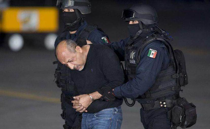 Servando Gómez Martínez, La Tuta, es llevado a abordar un helicóptero para ser trasladado al penal del Altiplano. (Foto: AP)