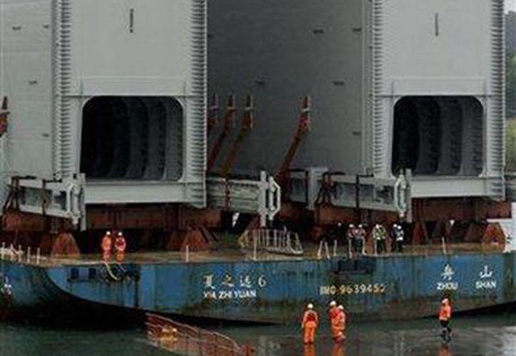 Un barco llega con las nuevas compuertas que serán instaladas en la proyectada ampliación del Canal de Panamá, en Gatun, Panamá. (Agencias)