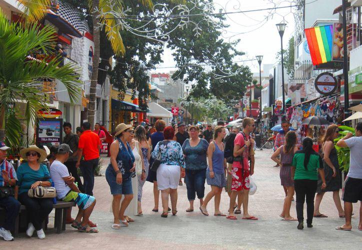 En la zona turística de Playa del Carmen se prevé que el próximo 31 de diciembre aumente todavía más la afluencia de personas, entre locales y turistas, por eso se reforzará la vigilancia policíaca. (Daniel Pacheco/SIPSE)