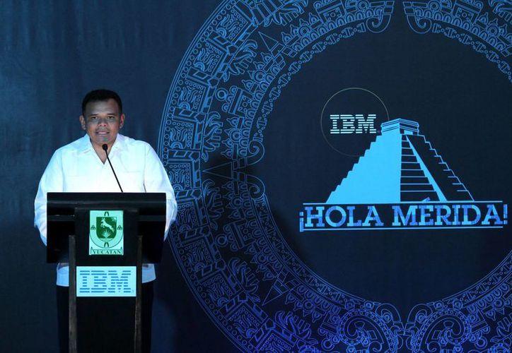 El gobernador Rolando Zapata en la inauguración de IBM. (SIPSE)