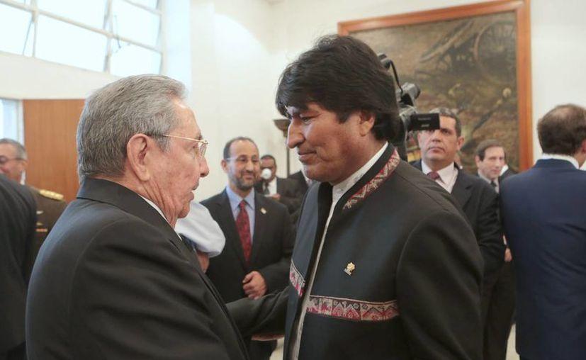 El presidente de Bolivia, Evo Morales, saluda al presidente de Cuba, Raúl Castro, durante la ceremonia de funeral de Hugo Chávez. (Agencias)