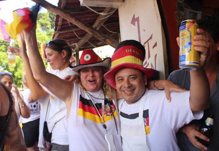Los alemanes dieron rienda suelta a los festejos tras sonar el silbato que dio fin al último partido del Mundial Brasil 2014.  (Rafael Acevedo/SIPSE)
