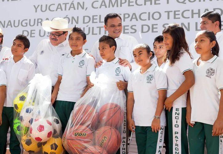Como parte de las obras, Rolando Zapata Bello entregó obras deportivas. (Milenio Novedades)