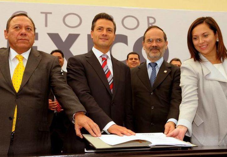 Enrique Peña Nieto acompañado de los representantes de partidos políticos en la firma del Pacto por México. (presidencia.gob.mx)