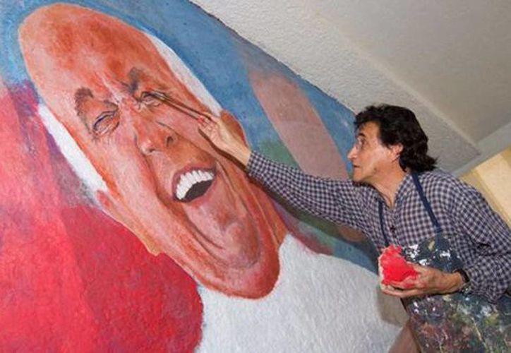 En la Universidad Vasco de Quiroga (UVQ), responsable de la logística de esta actividad en Morelia, se pinta un mural del Papa Francisco. Los voluntarios para la visita del Pontífice sostendrán la cuerda para el paso del convoy papal. (Erika Flores/Milenio)