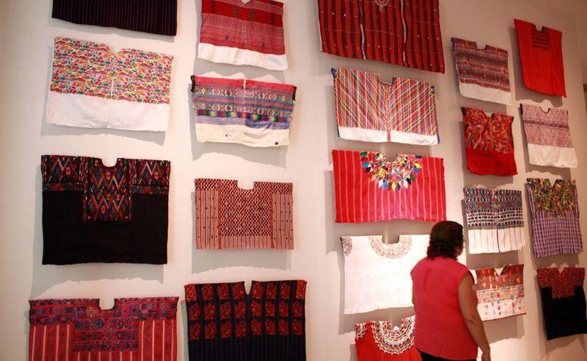 Los visitantes a esta exposición disfrutan del trabajo artesanal prehispánico y la técnica en el telar de la cintura. (Jorge Acosta/Milenio Novedades)