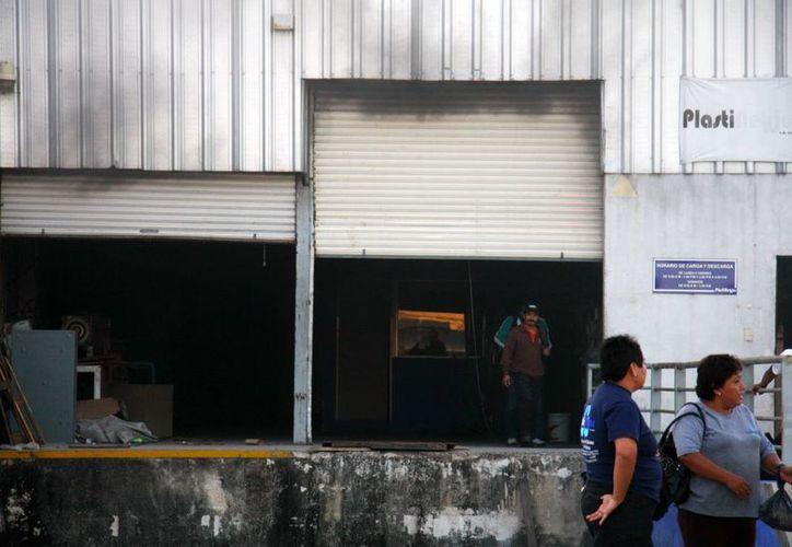 Al principio trabajadores trataron de sofocar el incendio con extintores, pero finalmente el fuego se salió de control. (Jorge Pallota/SIPSE)