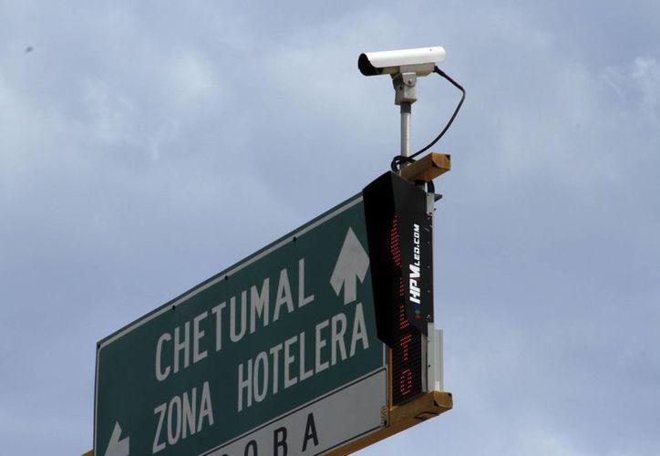Las cámaras se encuentran en diferentes puntos del bulevar Kukulcán de Cancún. (Yahajira Valtierra/SIPSE)