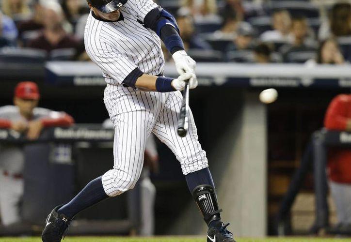 Alex Rodríguez se convirtió esta noche en el segundo jugador con más carreras producidas en la historia de Grandes Ligas gracias a que conectó cuatro hits. En la foto, uno de sus hits. (Foto: AP)