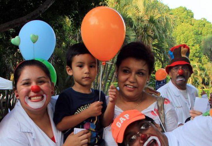 La asociación 'Doctor Sonrisas' lleva alegría a niños pacientes de hospitales públicos de Mérida. (Milenio Novedades)
