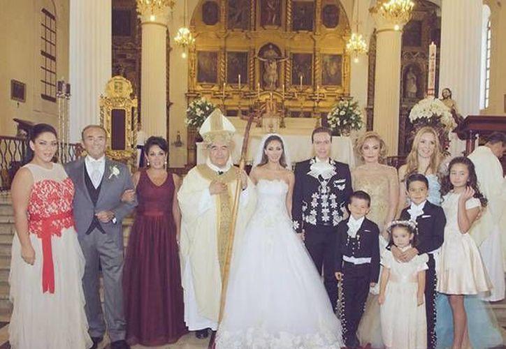 Con una ceremonia en la catedral de San Cristóbal de las Casas, Chiapas, los medios locales comenzaron a informar que Anahí y Manuel ya estaban casados. La noticia de su matrimonio se mantuvo en secreto lo más que se pudo. (Imágenes propiedad de Quien.com)