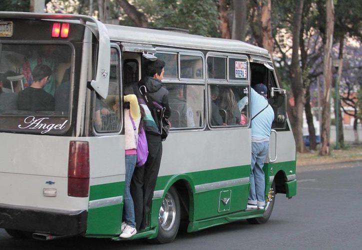 El gobierno de la Ciudad de México prevé que para 2018 ya no circulará ningún microbús. (Notimex/archivo)
