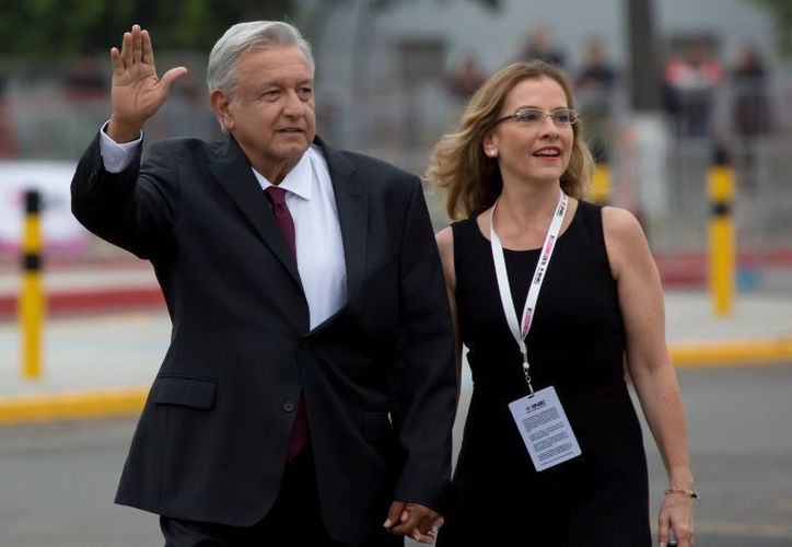 López Obrador y su esposa se formaron en la fila para pasar los arcos detectores de metales. (El Economista)