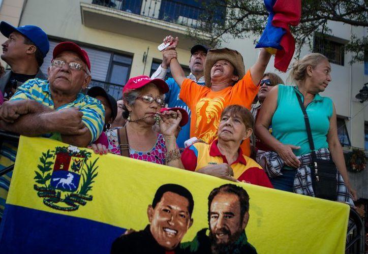 Seguidores del presidente Hugo Chávez se congregan, este 5 de enero, afuera de las instalaciones de la Asamblea Nacional, en Caracas. (EFE)