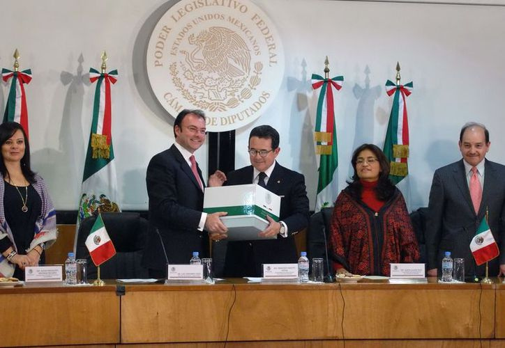 El pasado 7 de diciembre, el secretario de Hacienda, Luis Videgaray Caso, entregó al vicepresidente de la Mesa Directiva de la Cámara de Diputados, Francisco Arroyo Vieyra, el Paquete Económico 2013. (Notimex)