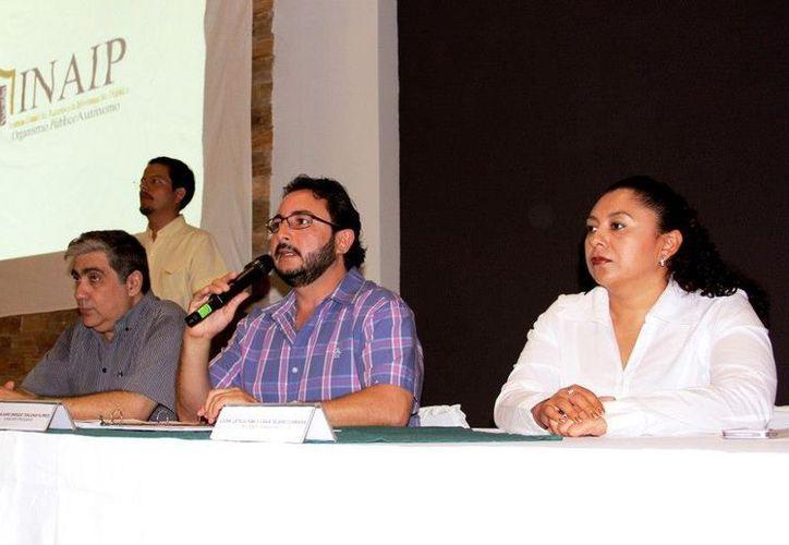Víctor May, consejero presidente (centro), advirtió que habrá sanciones en caso de no cumplir la disposición de ley. (Facebook/Inaip)