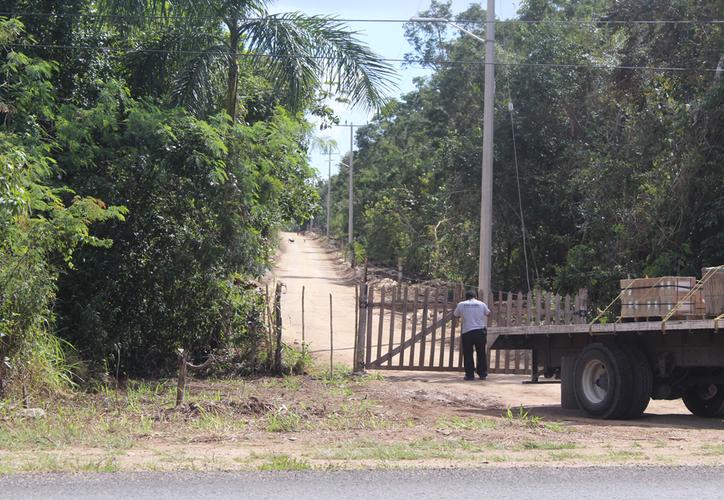 """La costera norte de Bacalar fue cerrada por trabajadores de una empresa que construye el complejo residencial """"Maya Bacalar"""". (Javier Ortiz/SIPSE)"""