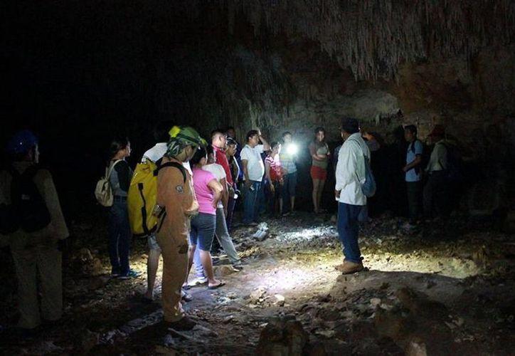 Miembros del Grupo Espeleológico Ajau durante un recorrido en una de las cavernas del Estado. (Milenio Novedades)