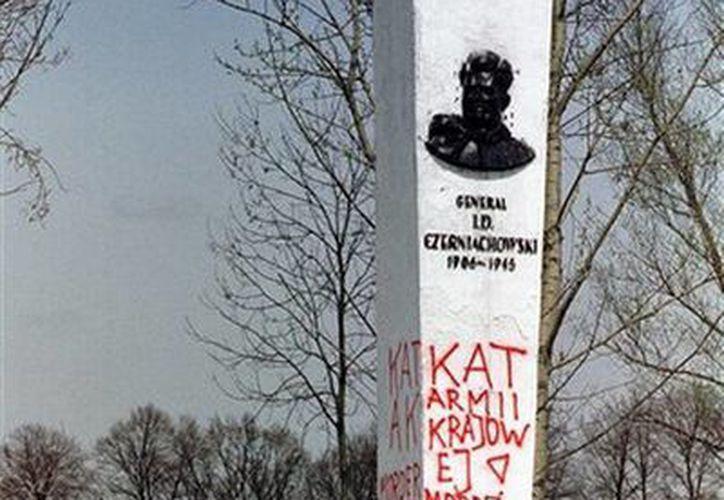El embajador ruso Sergey Andreev le echó la culpa de la Segunda Guerra Mundial. En la foto, monumento en Polonia en honor al general soviético Ivan Chernyakhovsky, al que se considera símbolo de la imposición del comunismo en Polonia pero un héroe nacional en Rusia. (AP)