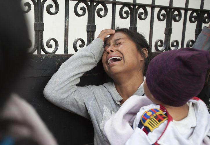 Una familiar de una menor que vivía en el Hogar Seguro Virgen de la Asunción llora mientras espera a que se publiquen los nombres de los fallecidos del incendio en el albergue, ante la morgue donde se identificaban los cuerpos en Ciudad de Guatemala. (AP/Moisés Castillo)