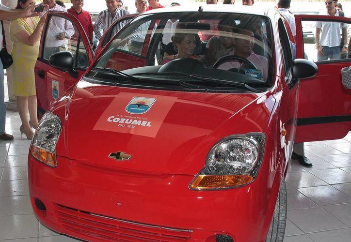 Ayuntamiento entregó automóvil a afortunado maestro. (Julián Miranda/SIPSE)