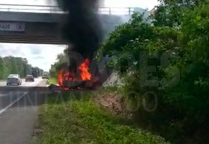 Los bomberos no pudieron salvar al chofer. (Redacción/SIPSE)