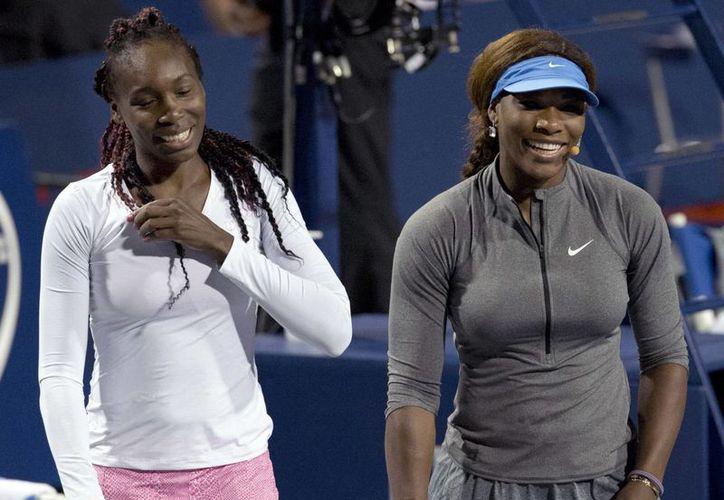 Venus y Serena (i) Williams en reciente demostración de cocina previa al Abierto de Estados Unidos. (Agencias)