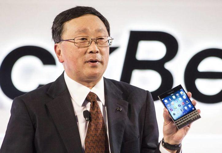 John Chen, CEO de BlackBerry, muestra el nuevo dispositivo Passport en un evento en Toronto. (Agencias)