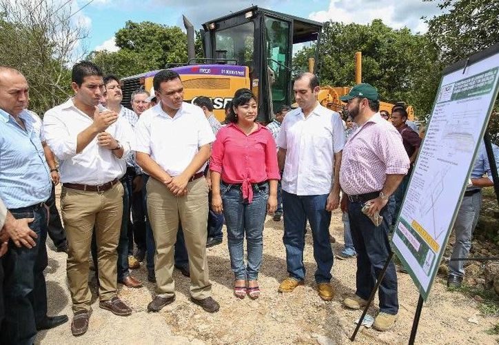 Ayer el gobernador Rolando Zapata verificó el inicio de trabajos de construcción de 104.2 kilómetros de carreteras sacacosechas en el sur de Yucatán. (Cortesías)