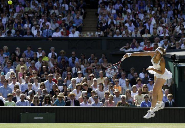 Lisicki envía un servicio a Agnieszka Radwanska, a quien venció 6-4, 2-6 y 9-7 . (Agencias)