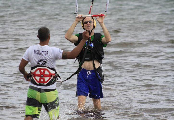Los puntos en los que se practica el kitesurf en Cancún son la playa del Mirador II, Isla Blanca, y en ocasiones algunas zonas de la laguna Nichupté. (Sergio Orozco/SIPSE)