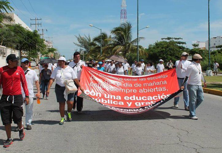 Maestros de educación física encabezan la marcha. (Jazmín Ramos/SIPSE)