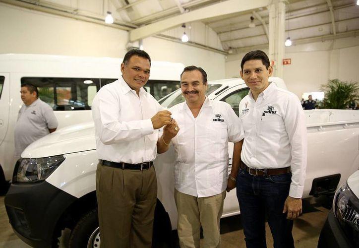 El gobernador de Yucatán anunció una nueva inversión en paradores turísticos, que incluye remodelación y nuevos vehículos, incluídas ambulancias. (Foto cortesía del Gobierno de Yucatán)