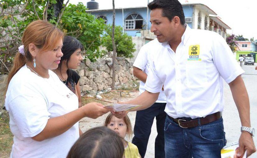 """Enrique Rodríguez Luna visitó la colonia """"Gonzalo Guerrero"""" de Solidaridad. (Redacción/SIPSE)"""